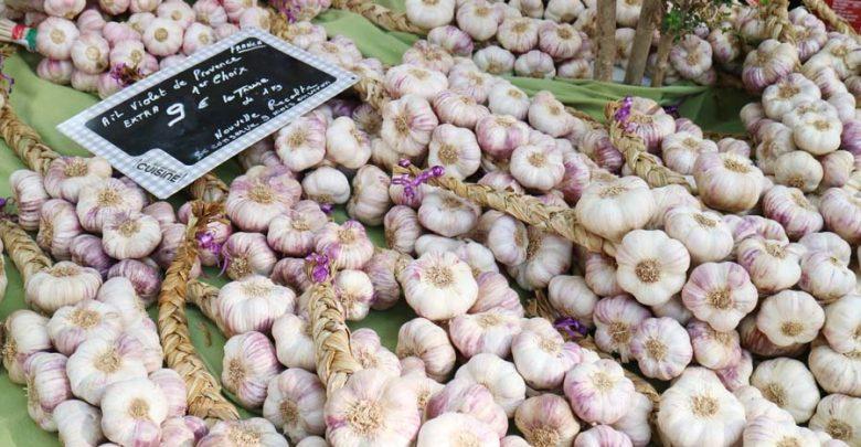 Photo of Rondstruinen op de markt in het pittoreske Franse Aups