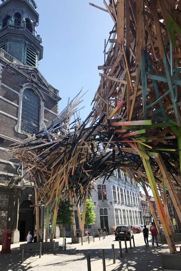 The pessenger Arne Quinze kunstwerk aan rue de Nimy in Bergen - AllinMam.com