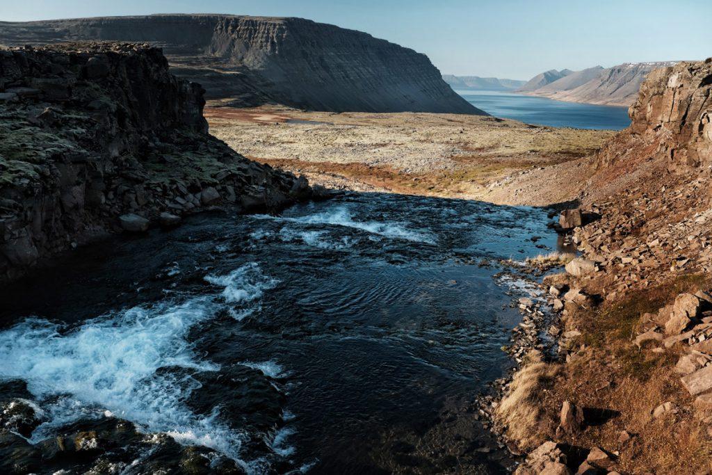 Aanvoer water Dynjandi waterval Westfjorden IJsland Reislegende - Reislegende.nl