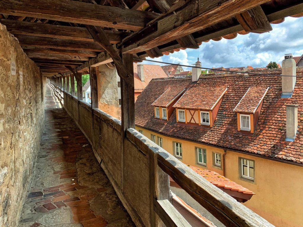 Bezienswaardigheden in Rothenburg ob der Tauber stadsmuur Romantische Strasse Duitsland - Reislegende.nl