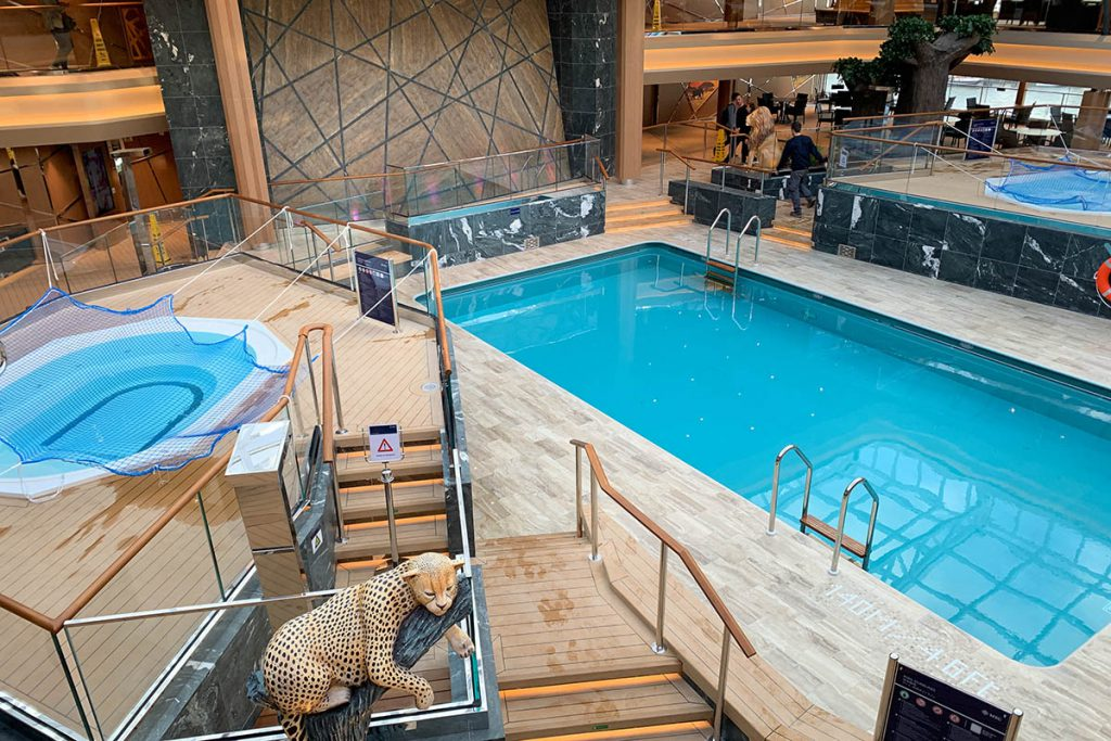 Binnenzwembad op cruiseschip MSC Grandiosa - Reislegende.nl