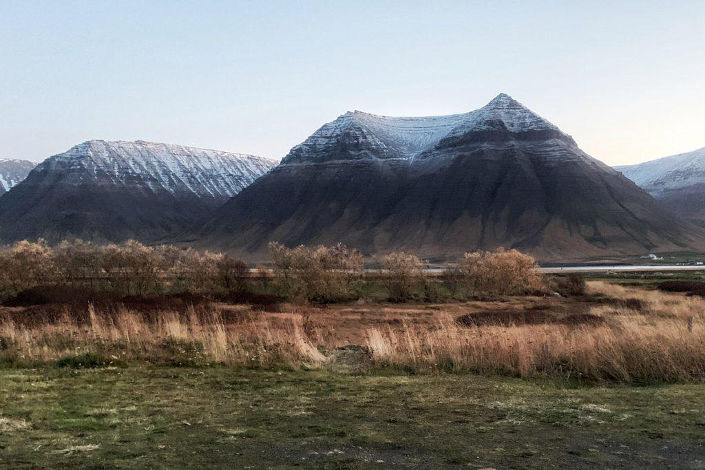 Flatayri Westfjorden eerste sneeuw op bergtoppen IJsland roadtrip Reislegende - Reislegende.nl