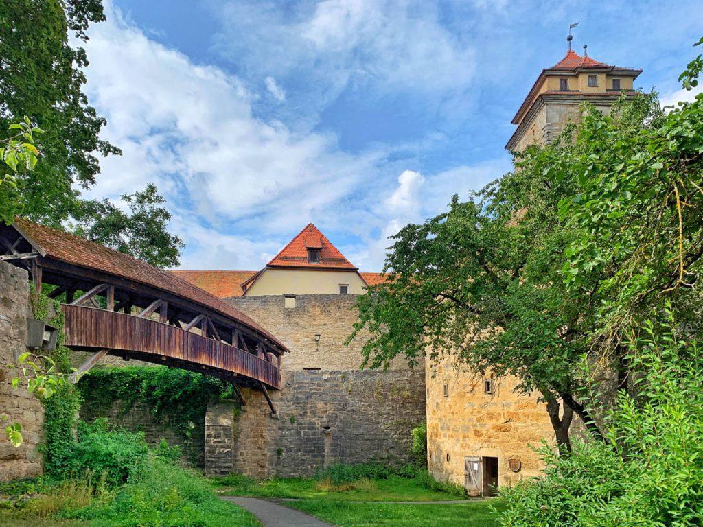 Gedeckte Brücke Bezienswaardigheden in Rothenburg ob der Tauber Romantische Strasse Duitsland - Reislegende.nl