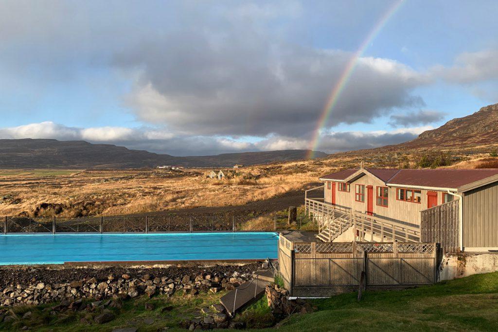 Laugarhóll Bjarnarfjördur Gvendarlaug hot pools en verwarmd zwembad roadtrip door Westfjorden IJsland - Reislegende.nl