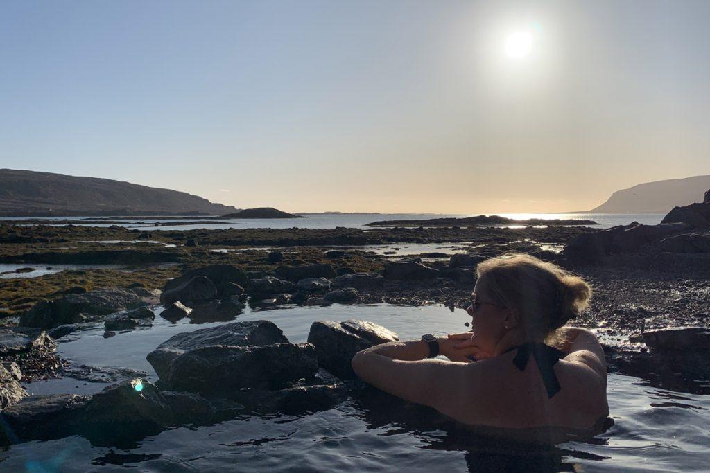 Hellulaug bron hot pool Westfjorden IJsland Reislegende - Reislegende.nl