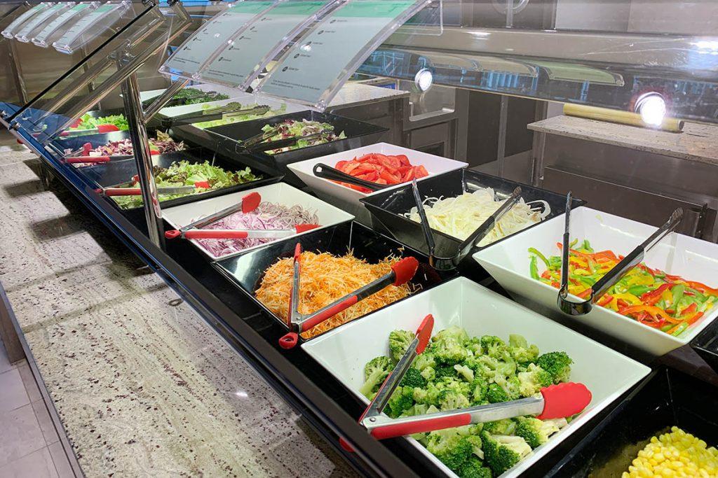 Verschillende gerechten in buffetrestaurant MSC Grandiosa - Reislegende.nl