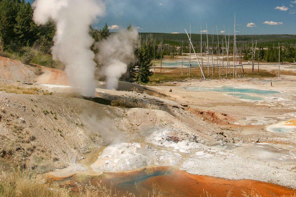Porcelain Basin in Yellowstone - Yellowstone National Park: 10x wat je niet mag missen - Reislegende.nl