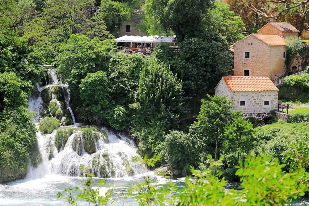 De prachtige watervallen in National Park Krka - Reislegende.nl