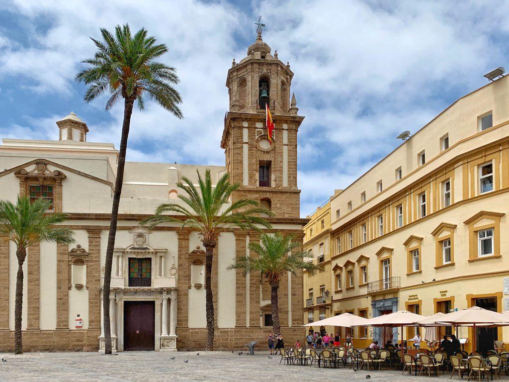 Iglesia de Santiago Apóstol Plaza de la Cathedral - Cadiz bezienswaardigheden en tips - Reislegende.nl