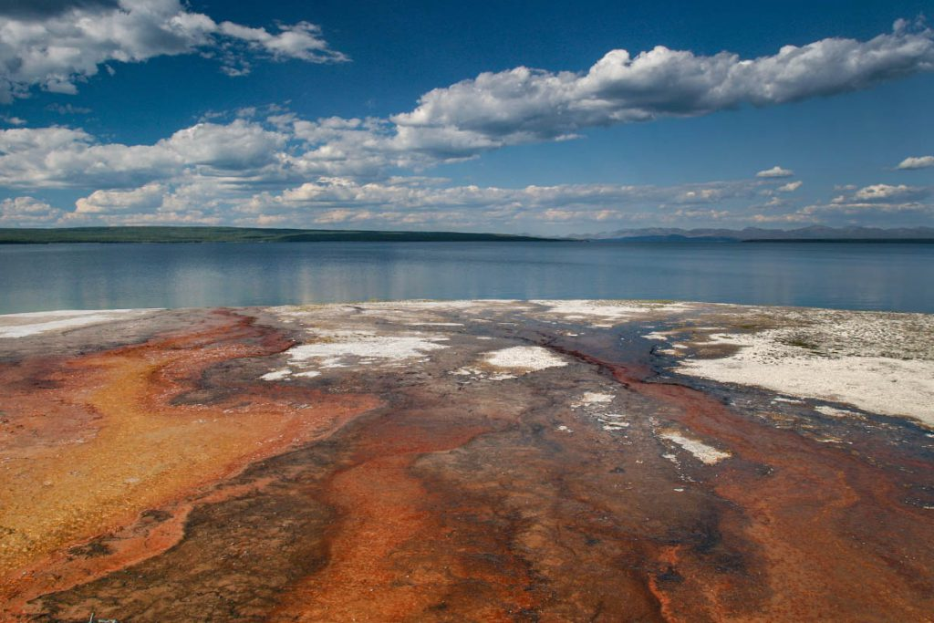 West Thumb Geyser Basin - Yellowstone National Park: 10x wat je niet mag missen - Reislegende.nl