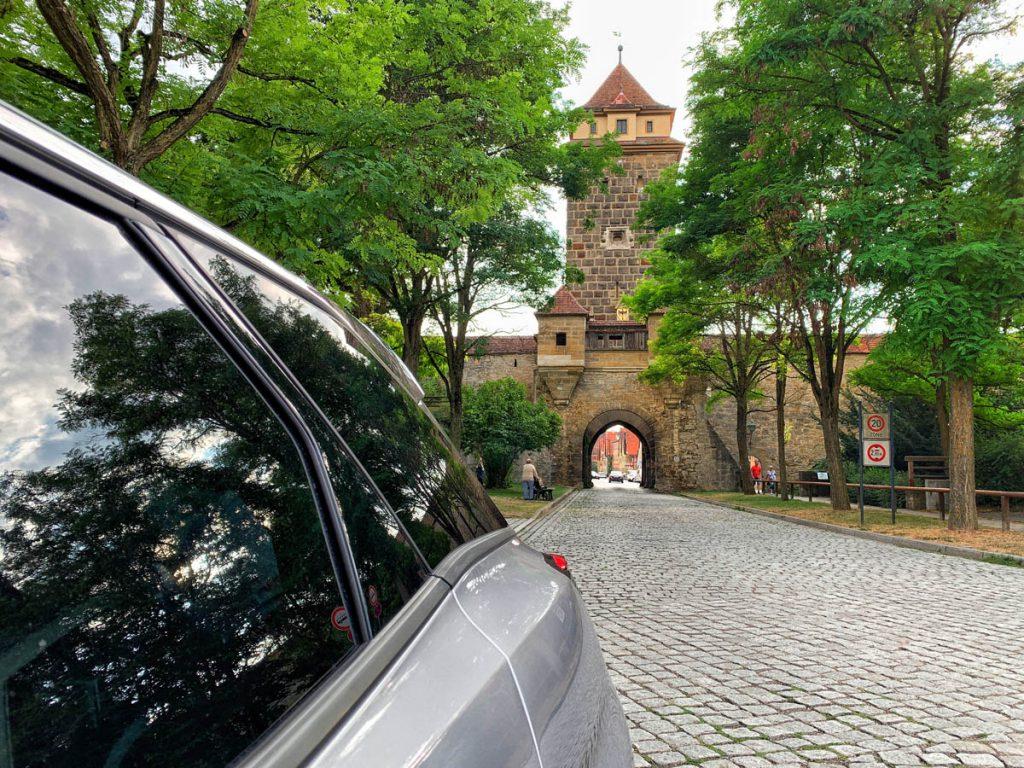Parkeren bij Galgentor Bezienswaardigheden in Rothenburg ob der Tauber Romantische Strasse Duitsland - Reislegende.nl