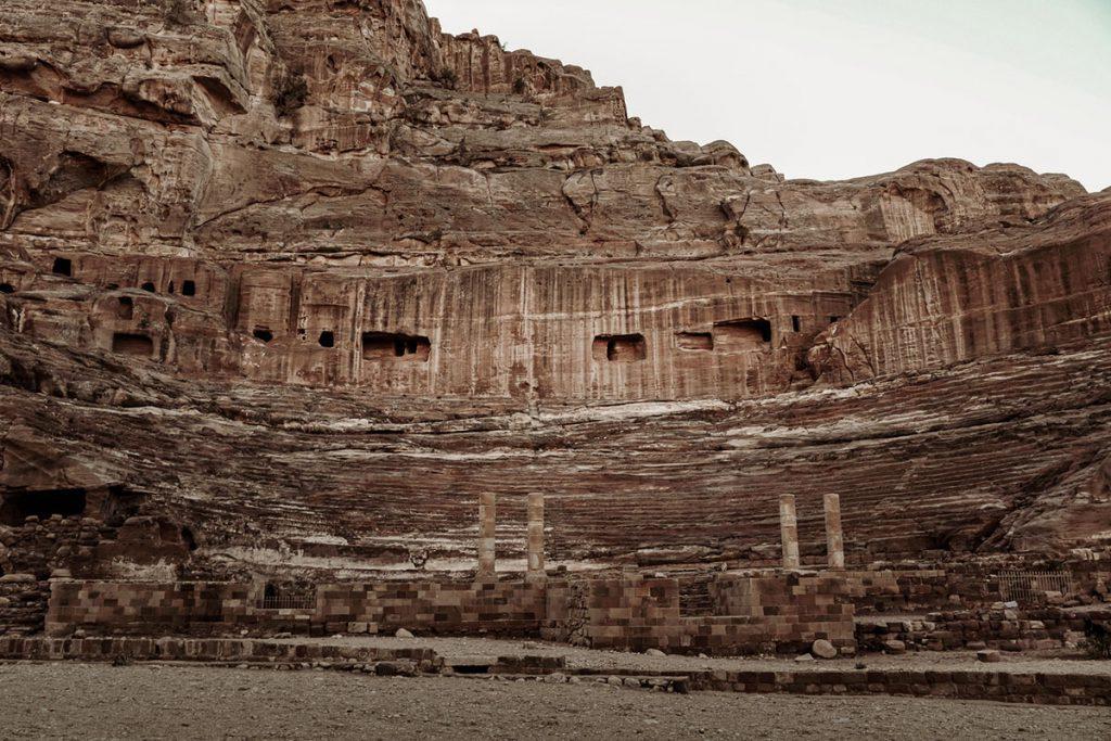 Nabatean Theatre - Tips voor een bezoek aan Petra, wereldwonder in Jordanië - Reislegende.nl