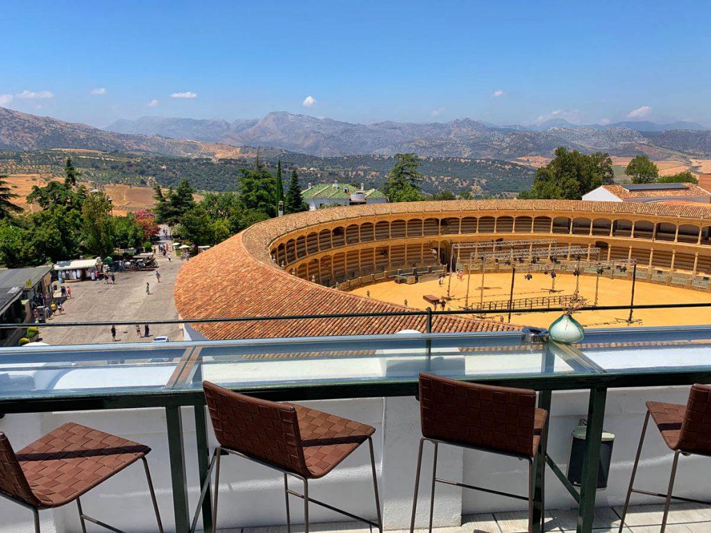 Uitzicht op Plaza de Toros de Ronda vanaf dakterras hotel Catalonia - Wandelroute langs 22 Ronda bezienswaardigheden - Reislegende.nl
