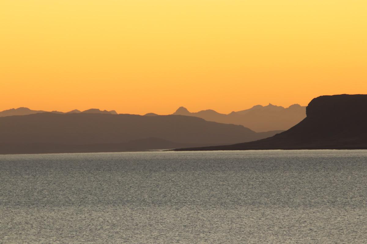 Westfjorden bij schemering zonsondergang roadtrip IJsland Reislegende - Reislegende.nl