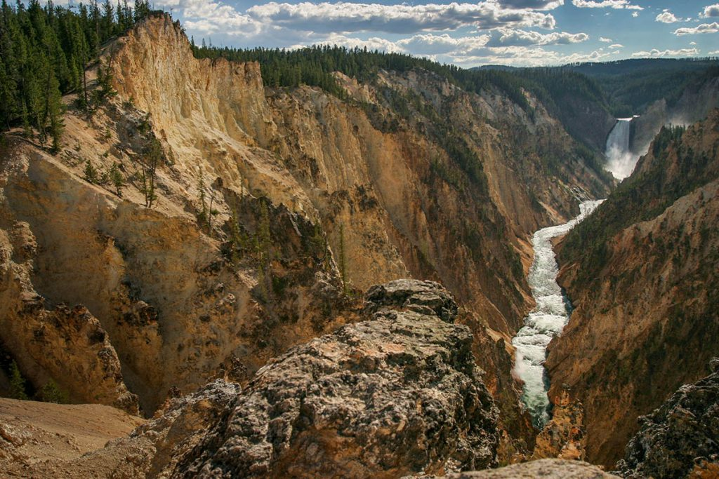 Lower Falls, Grand Canyon in Yellowstone - Yellowstone National Park: 10x wat je niet mag missen - Reislegende.nl