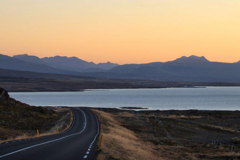 Zonsondergang Westfjorden IJsland roadtrip Reislegende - Reislegende.nl