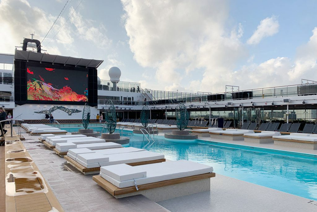 Zwembad op cruiseschip MSC Grandiosa - Reislegende.nl