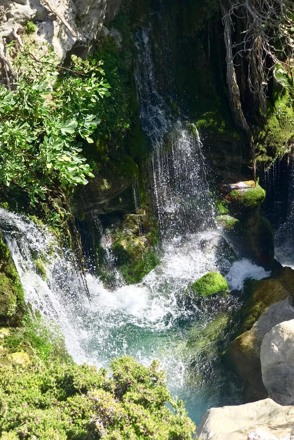 Watervallen achter Saint Nicholas Kourtaliotis of Asomatis, Kreta - AllinMam.com
