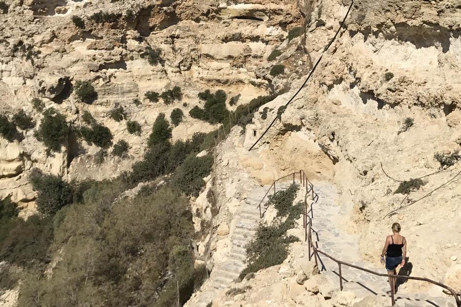 Martsalo beach op Kreta: wandeling door kloof naar verborgen strand, trappen naar panagia church - AllinMam.com