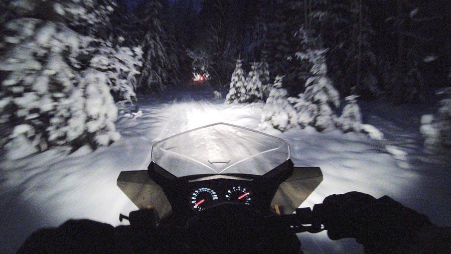 Op een sneeuwscooter door dichtbegroeide bossen in Finland - AllinMam.com