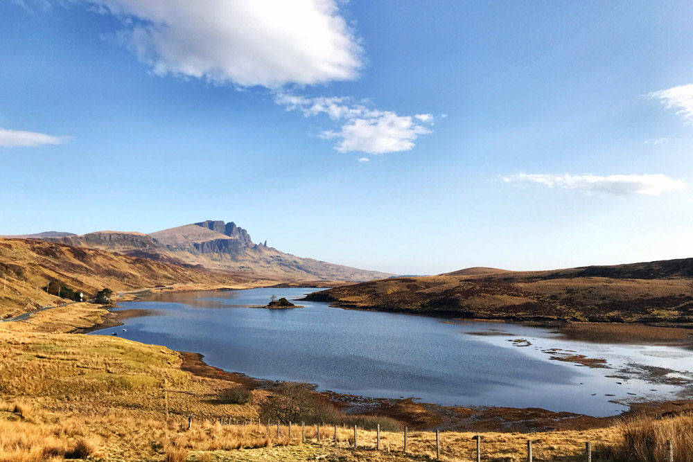 Loch Leathan, Old Man of Storr in background, Isle of Skye - Rij deze autoroute langs Isle of Skye bezienswaardigheden - Reislegende.nl