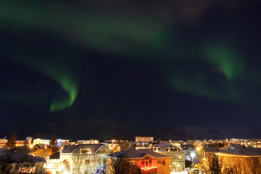 Noorderlicht boven Reykjavik, tips voor vastleggen van het noorderlicht - Reislegende.nl