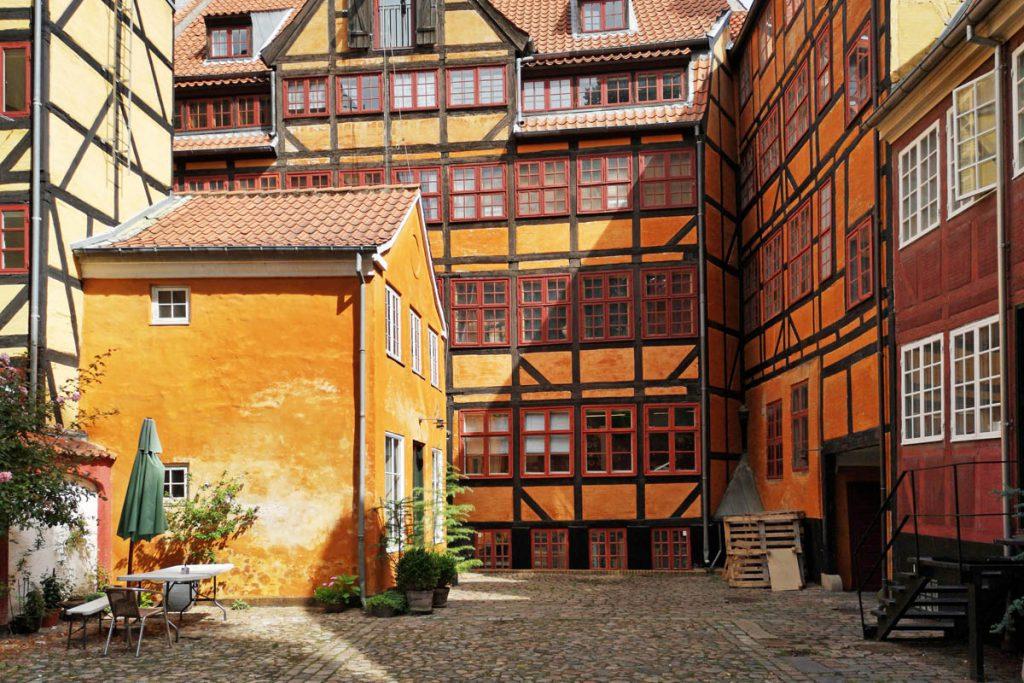 Oude binnenplaats in centrum van Kopenhagen