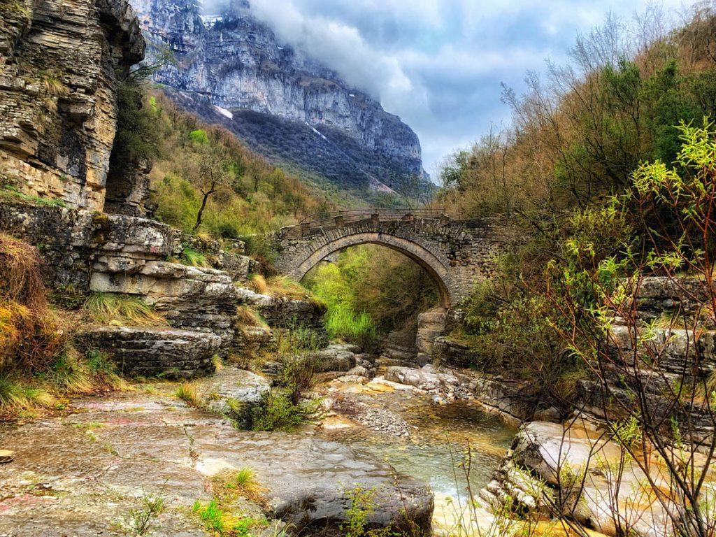 Anastasios Lolis bridge Lakos - brug tussen Mikro Papigko en Megalo Papigko - Zagoria - Reislegende.nl