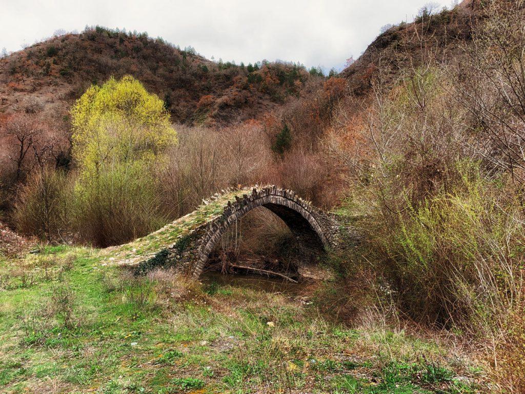 Stenen boogbruggen in Zagoria, noord Griekenland - Reislegende.nl