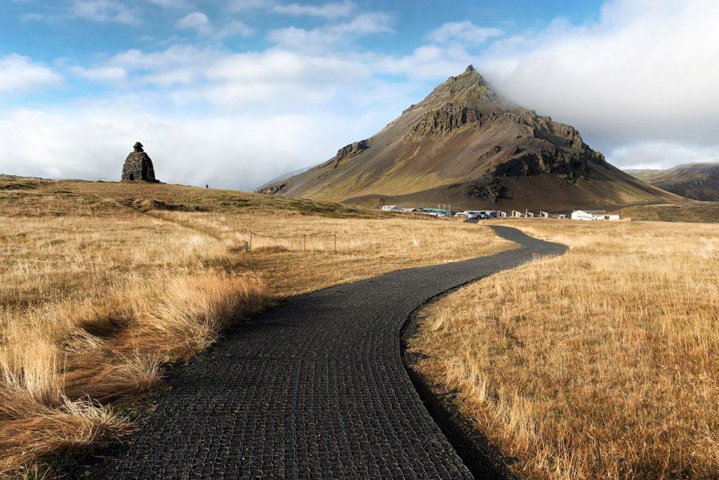 Bárðar Saga Snæfellsáss Statue Arnarstapi Snaefellsnes tips IJsland Reislegende - Reislegende.nl