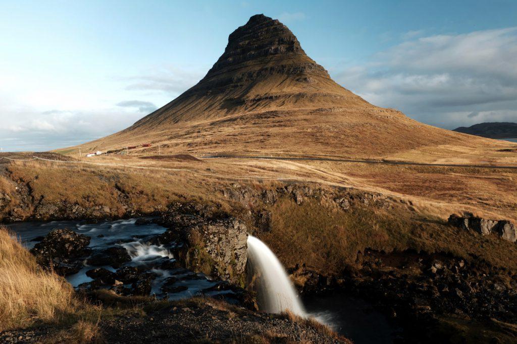 Kirkjufellsfoss op Snaefellsnes in IJsland Reislegende - Reislegende.nl