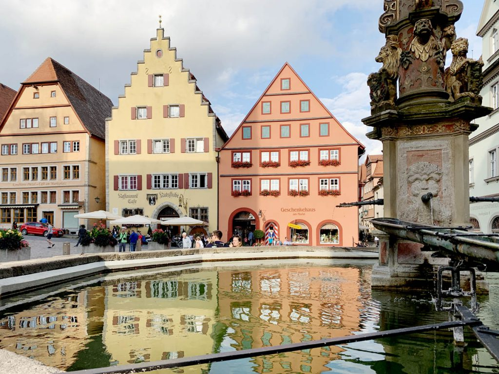 Marktplatz Bezienswaardigheden in Rothenburg ob der Tauber Romantische Strasse Duitsland - Reislegende.nl