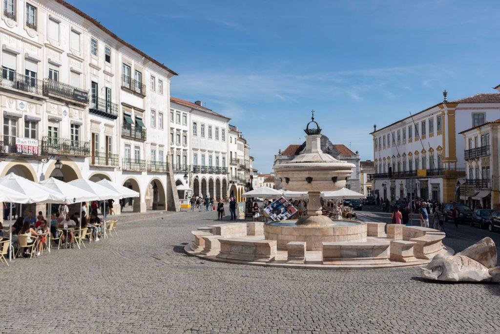 Praça do Giraldo Évora bezienswaardigheden Alentejo rondreis Portugal - Reislegende.nl