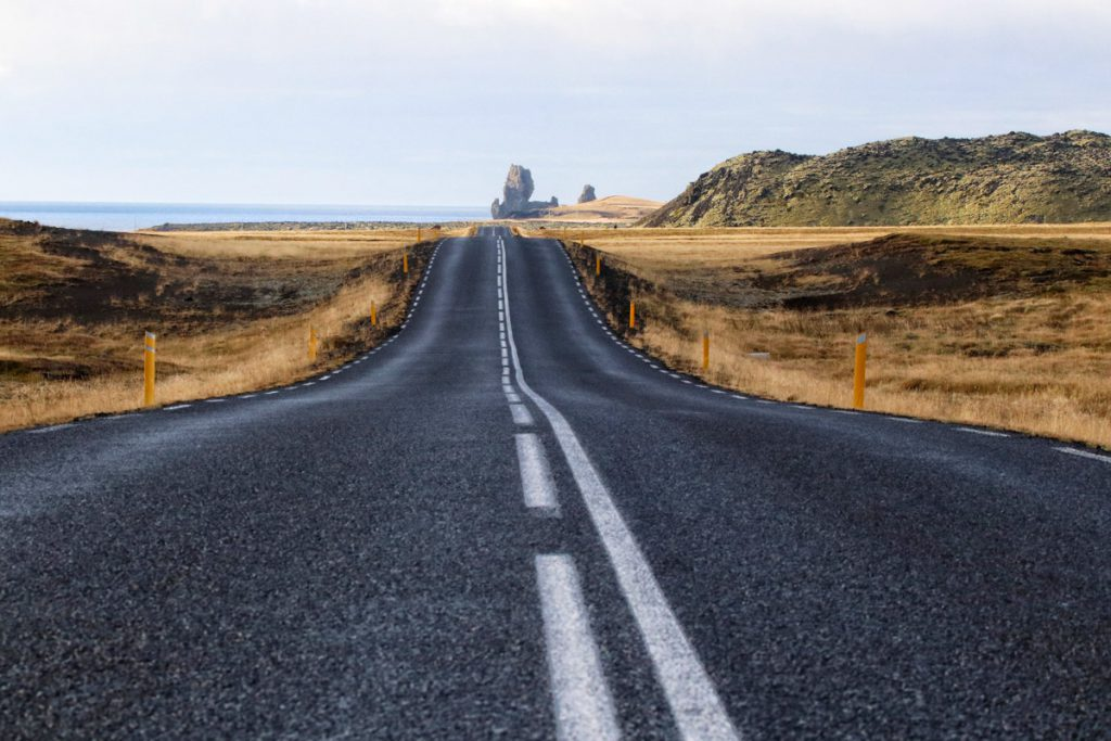 Roadtrip Snaefellsnes zicht op Lóndrangar IJsland tips Reislegende - Reislegende.nl