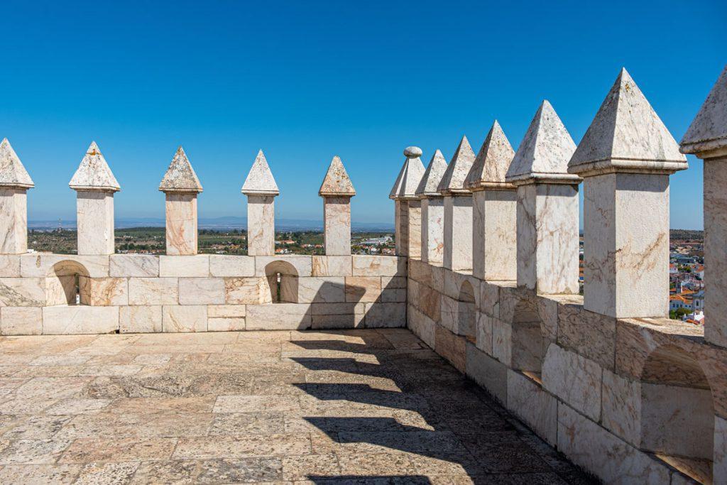 Estremoz Torre das Três Coroas Toren van de drie Kronen oude bovenstad rondreis door Alentejo met de auto Portugal - Reislegende.nl