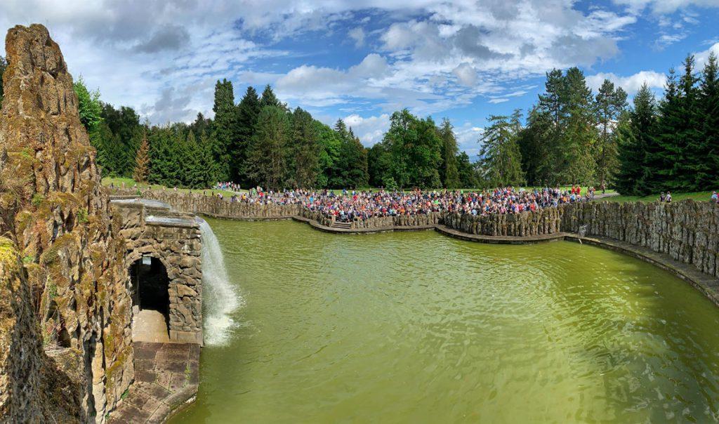 Drukte bij waterspelen in Kassel - Waterspelen in Kassel, bergpark Wilhelmshöhe - Reislegende.nl