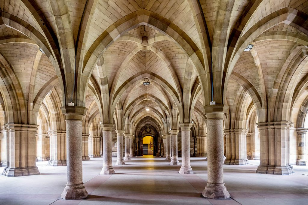 Glasgow University cloisters Outlander filmlocatie - Reislegende.nl