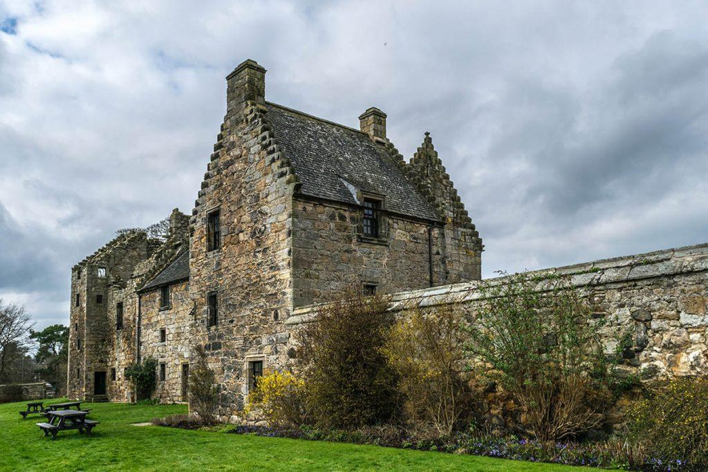 Aberdour Castle - Bezoek deze Outlander filmlocaties in Schotland - Reislegende.nl