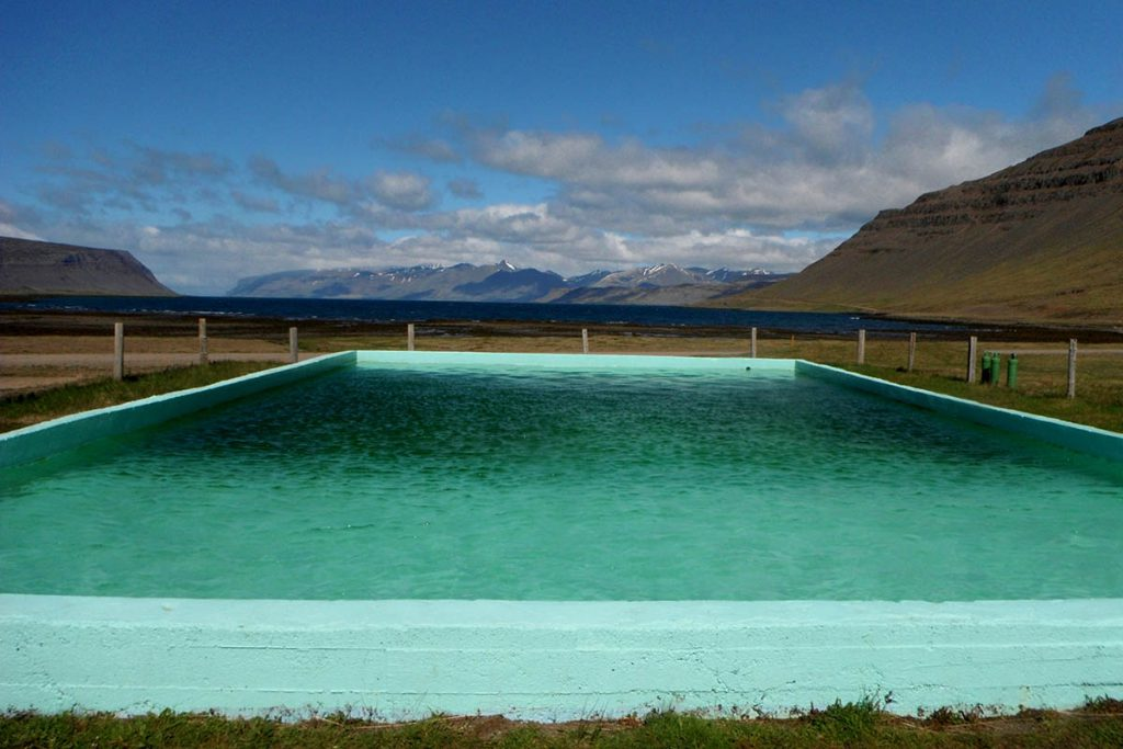 Mooiste hot pools in de Westfjorden van IJsland - Reykjafjardarlaug, Westfjords - Reislegende.nl