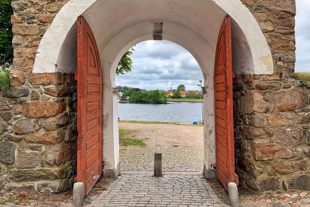 Oude stadsmuur, een kijkje in het historische Fredrikstad, Noorwegen - Reislegende.nl