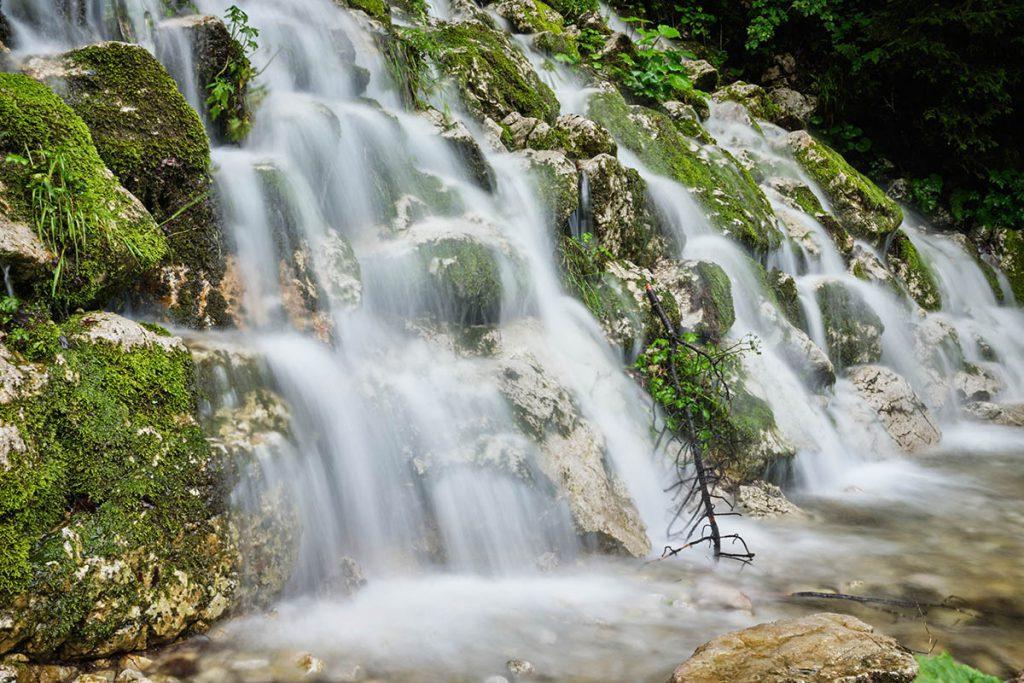 Gosausee Wasserfall, Gosausee, sprookjesachtige plek in Oberösterreich - Reislegende.nl