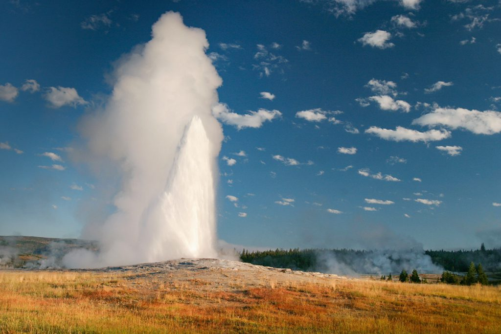 Old Faithful in Yellowstone - Yellowstone National Park: 10x wat je niet mag missen - Reislegende.nl