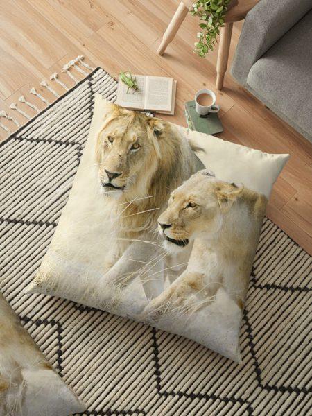 Kussen met leeuwen op Afrikaanse savanne - Reislegende.nl