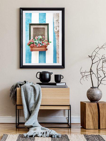 Kleurrijke muur met raam en bloemen - Reislegende.nl